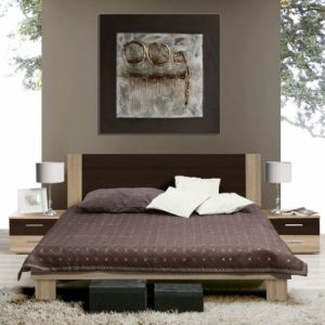 Sypialnia Helen ujmuje odważną kolorystyką, w której połączenie fioletu i różnych odcieni zieleni zdecydowanie kontrastuje z wyrazistym usłojeniem frontów oraz ciemnymi wstawkami w każdym z elementów. Fot. Forte