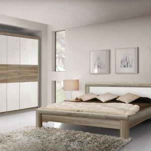 Sypialnia Roxette to połączenie bieli w połysku z dekorem drewna w ciepłym odcieniu. Fot. Forte