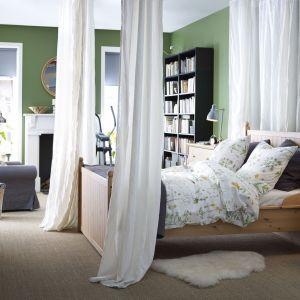 Sypialnia Hurdal marki IKEA jest bardzo naturalna i stonowana. To doskonała propozycja dla osób ceniących przytulne wnętrza. Fot. IKEA