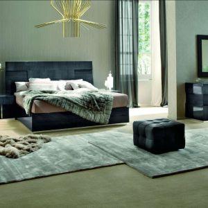 Sypialnia Monte Carlo marki Kler to meble w odcieniu grafitu i eleganckim wysokim połysku.  Fot. Kler