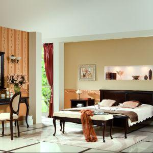 Sypialnia Wersal. Bryły oparte na wysokich, stylizowanych nóżkach prezentują się lekko wizualnie. Fot. Taranko