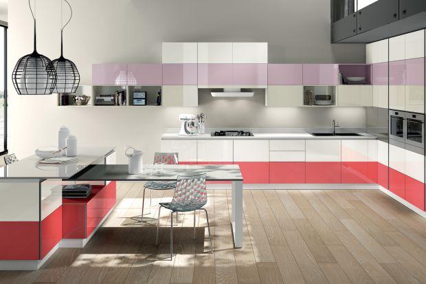 Kolor zawsze wprowadza do wnętrza element radości, a także odzwierciedla osobowość czy temperament osoby, która w nim mieszka. Warto więc je wykorzystywać. Szczególnie ciekawie kolory prezentują się w kuchni.