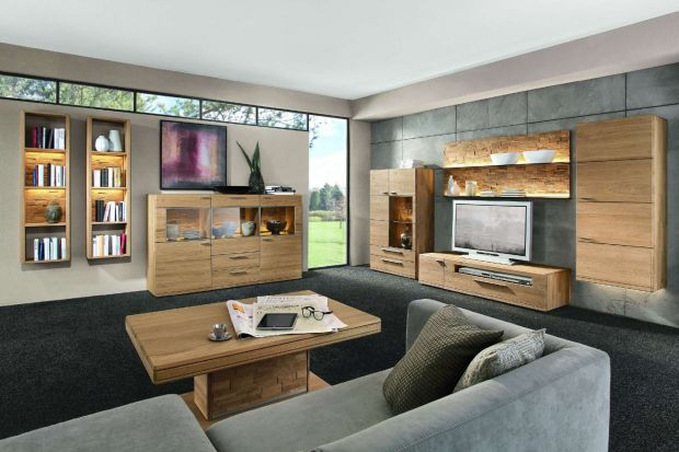 Dobrze oświetlony salon to sukces udanej aranżacji wnętrza. Nie tylko żyrandole i lampy mogą wprowadzać do niego wyjątkowy nastrój. Idealnie sprawdzą się także meble z oświetleniem.