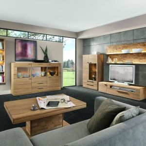 Kolekcja Viva to eleganckie meble do salonu, z dużą nutą naturalności. Subtelne oświetlenie wydobywa z kolekcji to, co najpiękniejsze - doskonała strukturę oraz kolor drewna. Fot. Kler