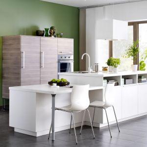 Kuchnia dostępna w ramach kolekcji Metod idealna do niewielkiej kuchni. Białą wyspę wyposażoną w liczne półki zestawiono z ciepłym rysunkiem drewna. Fot. IKEA