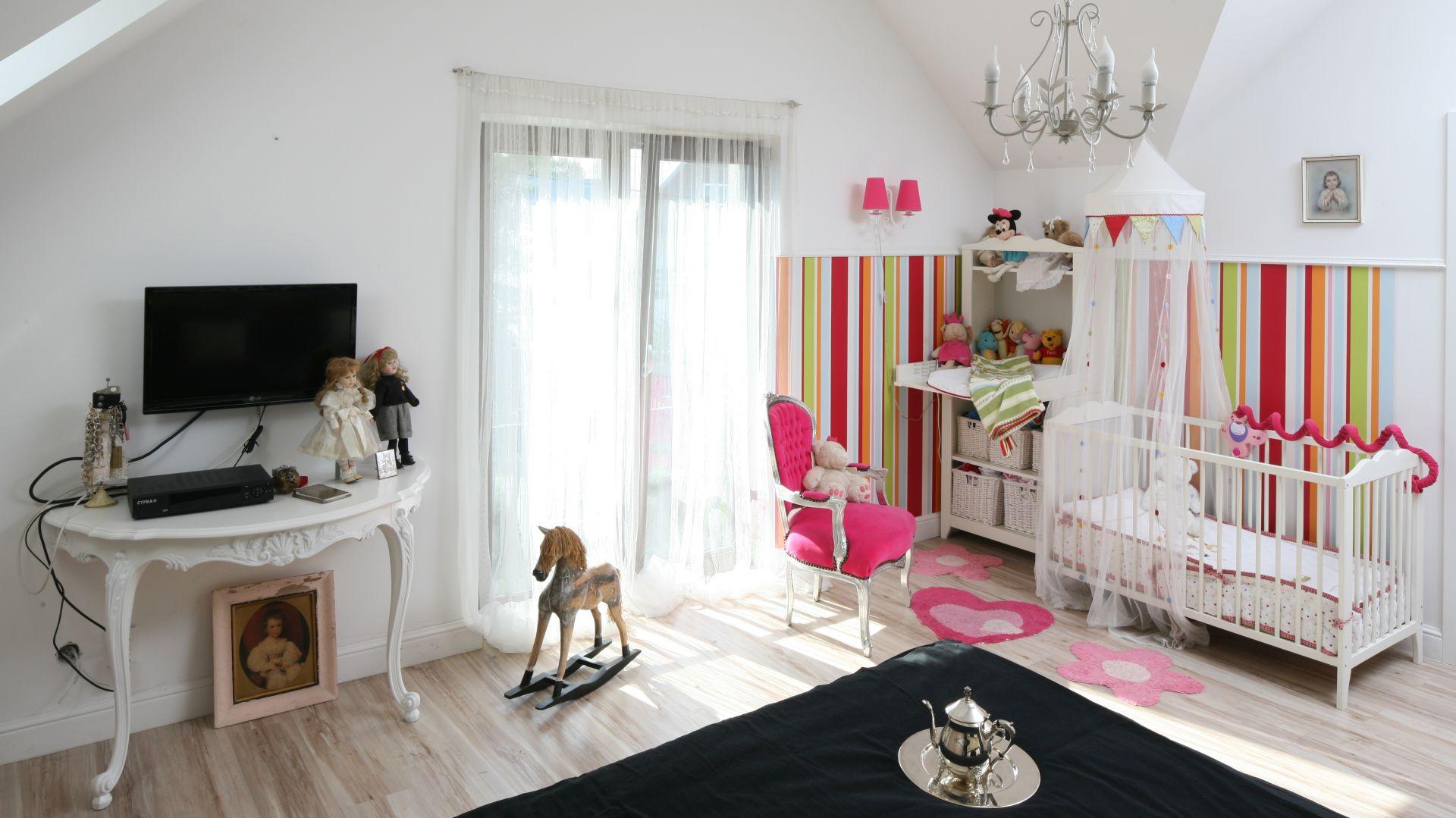 Pokój dziewczynki urządzony w klasycznym stylu. Projekt: Właściciele Fot. Bartosz Jarosz