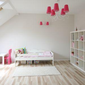 W pokoju dziecka warto zastosować mebelki dostosowane do jego wzrostu. Sprawdzi się malutki stolik i malutkie krzesełka. Projekt: Karolina i Artur Urban Fot. Bartosz Jarosz