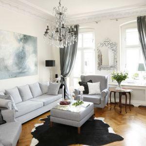 Umiejętnie dobrane kolory, meble i dodatki sprawią, że salon stanie się stylowy. Biel jest doskonałym tłem dla zabytkowych mebli. Projekt: Iwona Kurkowska. Fot. Bartosz Jarosz