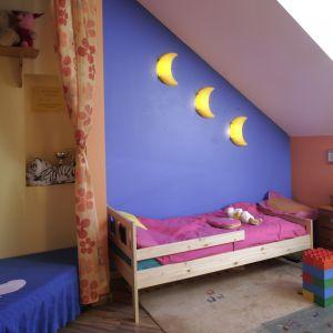 W pokoiku dziecka warto wyodrębnić osobną przestrzeń do zabawy. W tym przypadku mały plac zabaw ukryto za kotarą, co daje dużą frajdę i dodatkową przyjemność z zabawy. Projekt: Liliana Masewicz-Kowalska Fot. Monika Filipiuk-Obałek