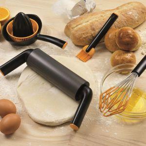 Metalowy wałek pokryty jest specjalną powłoką, która zapobiega przywieraniu ciasta. Wygodny, ergonomiczny uchwyt gwarantuje wygodne użytkowanie. Fot. Fiskars