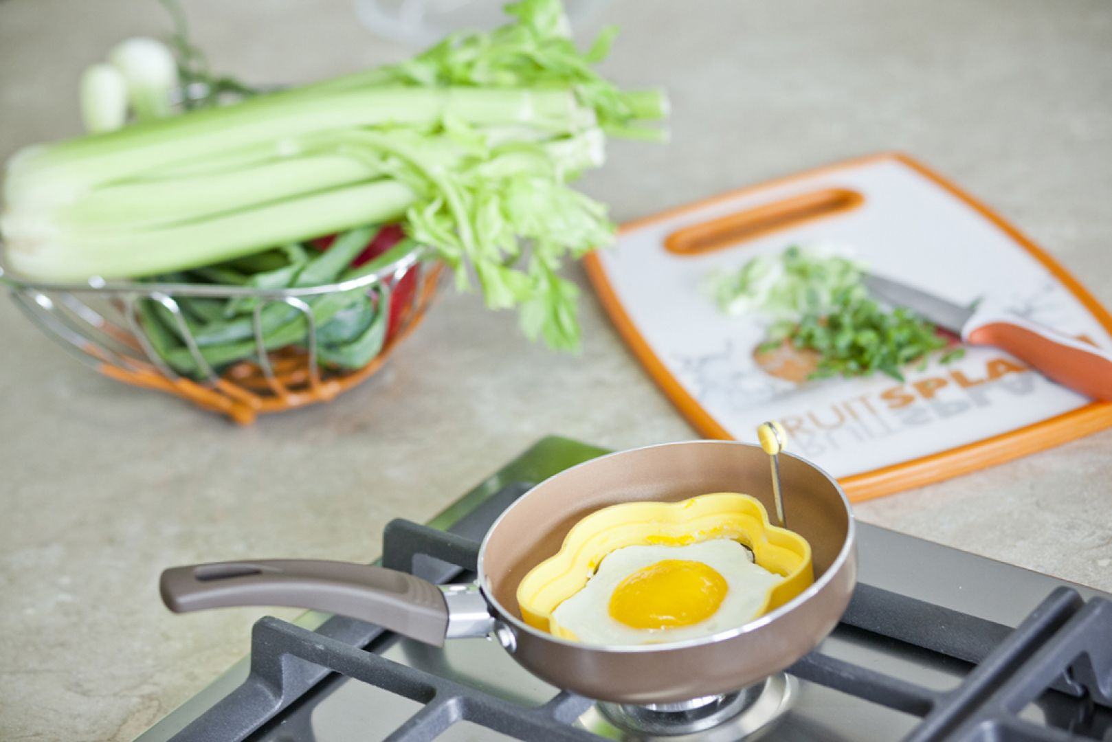 Malutkie patelnie wydają się niepraktyczne, jednak do przygotowania jajka na śniadanie czy  pancake'ów są idealne. Przydadzą się także zabawne foremki do sadzonych jajek. Na zdjęciu patelnia