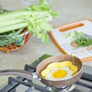 """Malutkie patelnie wydają się niepraktyczne, jednak do przygotowania jajka na śniadanie czy  pancake'ów są idealne. Przydadzą się także zabawne foremki do sadzonych jajek. Na zdjęciu patelnia """"Golden MINI"""" marki Galicja. Fot. Galicja"""
