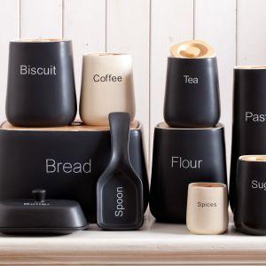 Designerskie pojemniki na sól i cukier to już klasyk. Pięknie w kuchni będzie wyglądać cała kolekcja, łącznie z chlebakiem zakrywanym drewnianą deską do krojenia czy słojem na ciastka. Fot. Duka