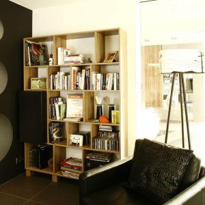Rozwiązaniem bardziej tradycyjnym jest zakup funkcjonalnej półki. Należy jednak pamiętać, że tego rodzaju półka pełni również funkcję dekoracyjną, porządek na szafkach jest więc niezwykle ważny. Projekt: Liliana Masewicz-Kowalska Fot. Bartosz Jarosz