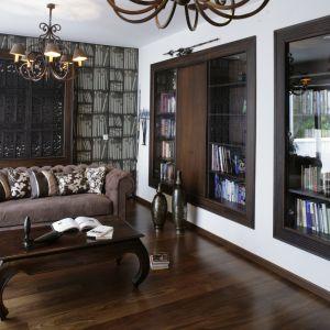 """Regał z książkami można również """"wcisnąć"""" w ścianę … bardziej lub mniej dosłownie. Miejsce na książki w ścianie dobrze jest przewidzieć już na etapie projektowania. Projekt: Katarzyna Mikulska-Sękalska Fot. Bartosz Jarosz"""