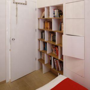 Kącik na książki możemy również zorganizować w sypialni. Projekt: Agnieszka Żyła Fot. Bartosz Jarosz