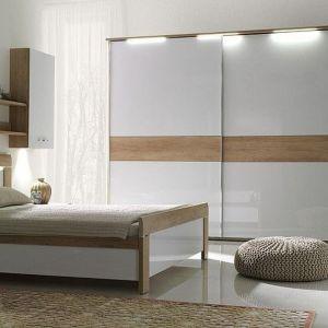 Sypialnia Manhattan to propozycja dla poszukujących oryginalnych, a zarazem stonowanych stylizacji wnętrz. Wszystkie meble z kolekcji wykonane zostały z płyty laminowanej w kolorze dąb Nebraska biały połysk. Fot. Stolwit
