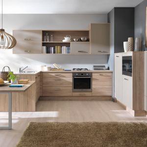 Drewno doskonale prezentuje się w otwartych kuchniach. Ciekawym rozwiązaniem będzie, jeśli zabudowa kuchni przewiduje półwysep, przedłużenie go i wykorzystanie jako stół. Fot. Black Red White