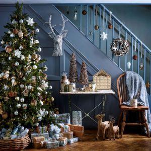 Jeśli zależy nam na naturalnej dekoracji choinki, warto sięgnąć po ozdoby wykonane z drewna lub słomy. Fot. House of Fraser