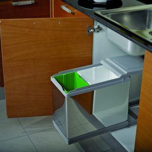 System do segregacji odpadów Tower z oferty firmy TCo, na metalowej prowadnicy. Zestaw zawiera kosze i wkład. Fot. TCo.