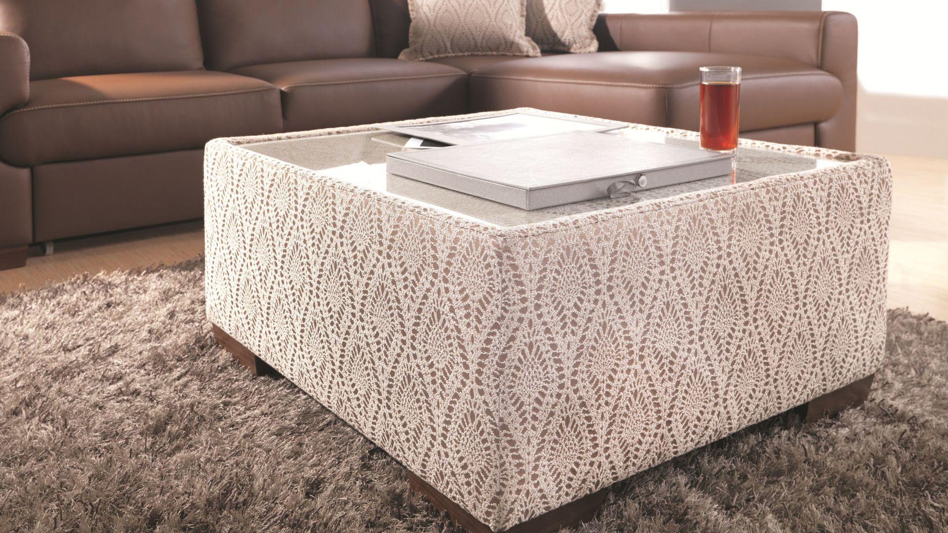 Model Ego marki Wajnert przypomina wyglądem puf wykończony na bokach dekoracyjną, ażurową tkaniną. Umieszczony na szczycie szklany blat sprawia jednak, że doskonale sprawdzi się jako stolik kawowy. Cena: ok 499 zł. Fot. Wajnert Meble