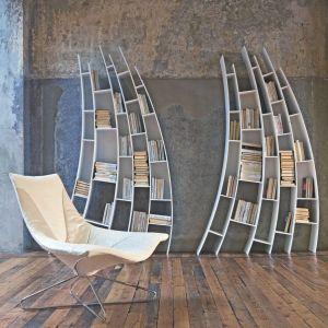 Biblioteczka i fotel o ekstrawaganckich, nowoczesnych formach. Fot. Saba Italia