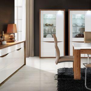 Kolekcja Saint Tropez to białe meble ocieplone drewnem, lub jak kto woli, meble z rysunkiem drewna ożywione bielą. W każdym znaczeniu prezentują się niezwykle harmonijnie. Fot. Forte