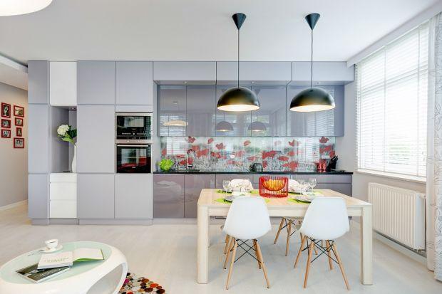 Czas na nowy trend w urządzaniu kuchni – kolor. W tym sezonie odchodzi się od <br />bieli na rzecz wszystkich odcieni szarości. Jak ich używać, aby stworzyć kuchnięponadczasową i praktyczną?