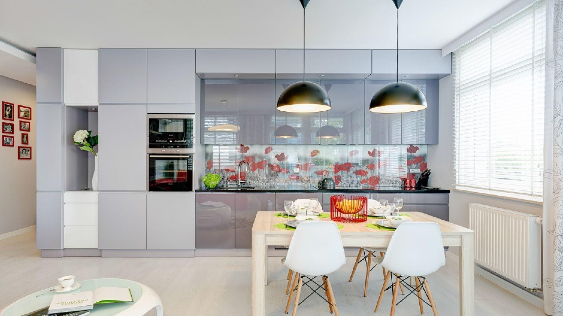Jednymi z najczęściej wybieranych powierzchni do wykończenia kuchni są fronty na wysoki połysk. To rozwiązanie nie bardzo praktyczne, bowiem gładkie powierzchnie prosto jest utrzymać w czystości. Projekt: Saje Architekci. Fot. foto&mohito