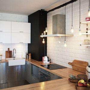 Modne dziś łączenie barw na frontach szafek kuchennych potrafi zdziałać niekiedy prawdziwe cuda, np. optycznie powiększyć pomieszczenie. Projekt i Fot. Soma Architekci