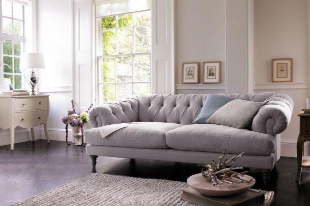 Sofa w salonie. Najmodniejsze modele z pikowanym siedziskiem