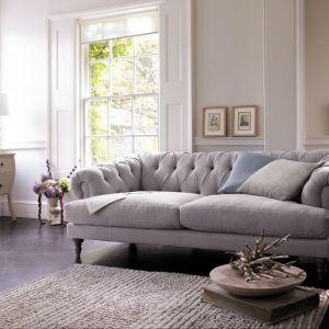 Sofa z pikowanym oparciem, osadzona na wysokich drewnianych nóżkach prezentuje się lekko i zwiewnie, dlatego świetnie sprawdzi się w małych wnętrzach. Fot. marks&spencer