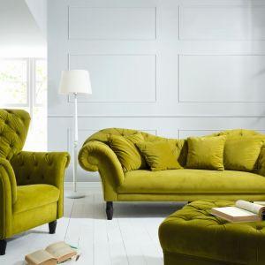 Sofa Cupido to bardzo elegancka propozycja do salonu. Charakterystyczne cechy jak szerokie siedziska, wygięte oparcia i ozdobne nóżki klasyfikują kolekcję wśród eleganckich sof, doskonałych do wyposażenia wnętrz w stylu klasycznym lub glamour. Fot. Black Red White