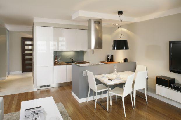 Półwysep to praktyczne rozwiązanie w kuchni otwartej na salon. Zobacz piękne zdjęcia z polskich domów.