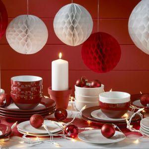 Czerwień i biel to barwy sprawdzone, które na świątecznym stole zawsze będą prezentowały się wyjątkowo. Fot. Wilko