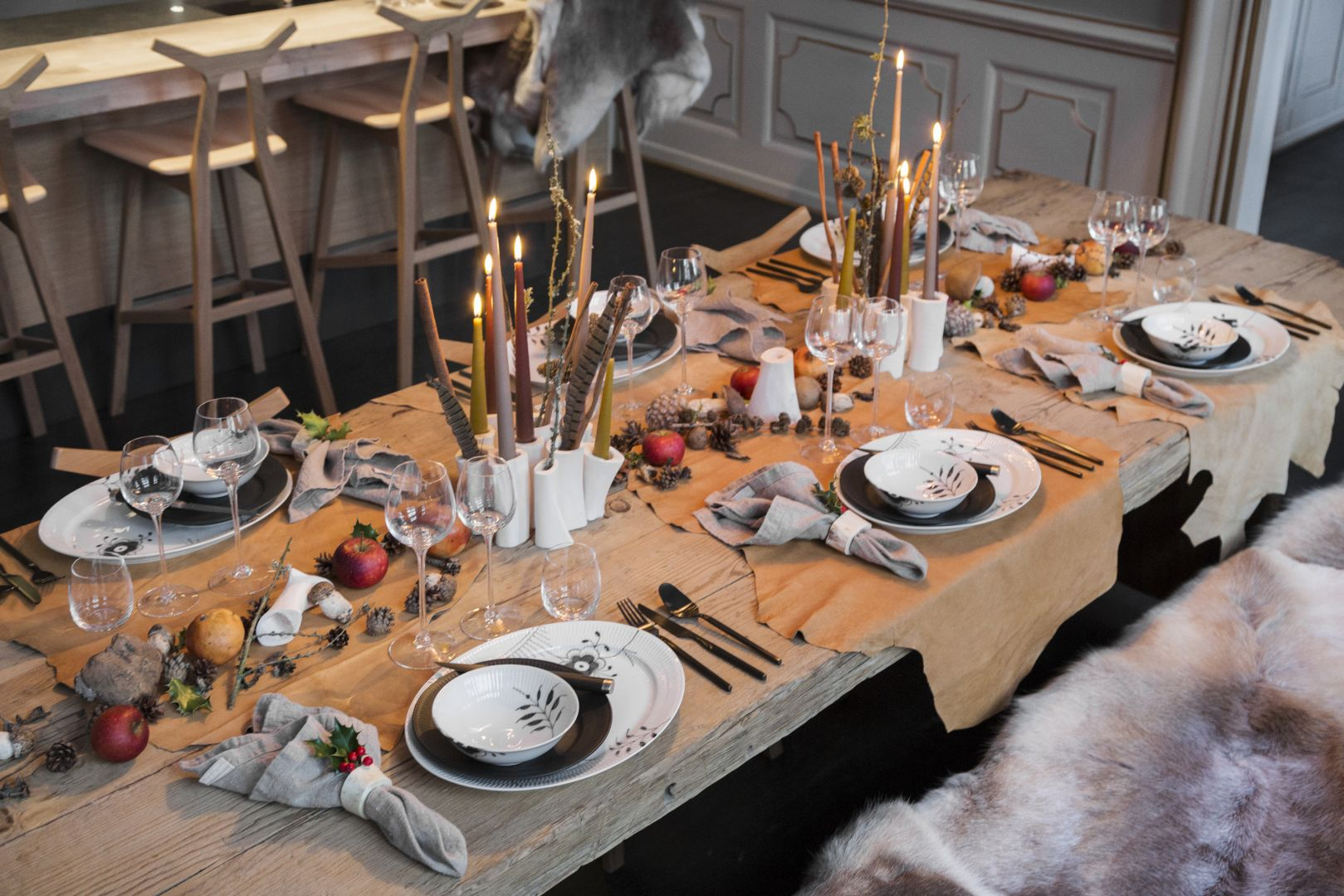 Aranżację stołu można zaprezentować także w klimacie góralskim. Świetnie sprawdzą się wówczas owcze skóry i dekoracje z suszonych owoców. Fot. Royal Copenhagen. Projekt aranżacji: Thomas Rode.