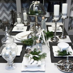 Stylowo i elegancko na świątecznym stole będą wyglądały dekoracje w kolorze srebra połączone ze śnieżnobiałą porcelaną. Fot. Decoratore
