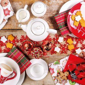 Świąteczny stół nie zawsze musi być biały, stylowy i poważny. Można ustawić na ni,m wesołe talerze z wizerunkiem grubego Mikołaja. Dobry humor biesiadników gwarantowany. Fot. Home&You