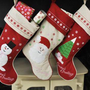 Nad kominkiem warto zawiesić świąteczne skarpety, aby Święty Mikołaj mógł wypełnić je prezentami. Fot. Dotcomgiftshop