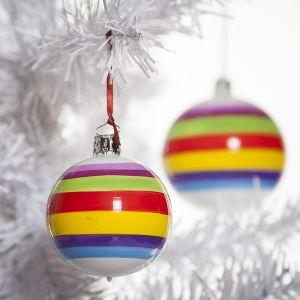 Kto powiedział, że choinka musi być nudna? Może w tym roku ozdobimy ją bombkami w wesołych, intensywnych kolorach? Fot. Design 3000