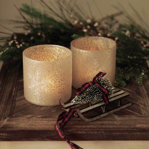 W naszej świątecznej aranżacji salonu nie może zabraknąć ciepła i blasku lampek. Fot. Marks and Spencer