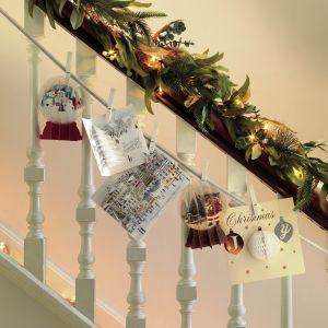 Nie można zapomnieć o świątecznej dekoracji schodów. Najlepiej zaprezentują się na nich dekoracje wykonane ze świeżych gałązek świerku. Fot. Marks and Spencer
