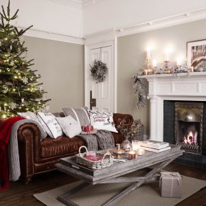 Ten salon przygotowany jest na święta w 100 proc. W świąteczny nastrój wprowadzają domowników lekkie i jasne dekoracje. Fot. Occa Home