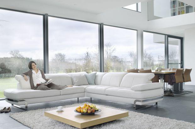 Eleganckie i wygodne. Sofy tapicerowane skórą, zarówno tą naturalną, jak i ekologiczną, są ciekawym elementem wystroju salonu. Warto ją mieć we własnym domu.