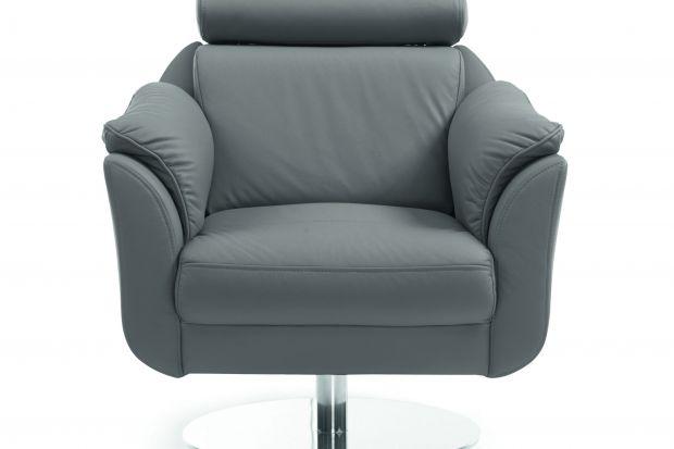 W skład modułowej kolekcji Amethyst wchodzi obrotowy fotel, który dobrze prezentuje się w obiciu ze skóry naturalnej.