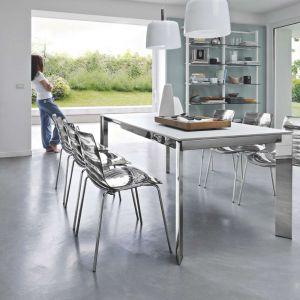 Baron to uniwersalny, nowoczesny stół do jadalni i pokojów dziennych. Jego biały blat pięknie komponuje się ze stalowymi nogami i transparentnymi krzesłami wykonanymi z poliuretanu. Fot. Kler