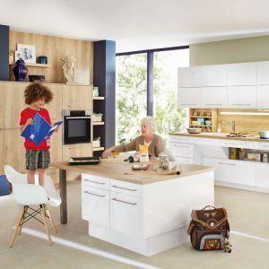 Drewno może być również wspaniałym dodatkiem w aranżacji kuchni. Białe meble skutecznie ociepli, nadając im przytulnego wyrazu. Fot. Ballerina Küchen
