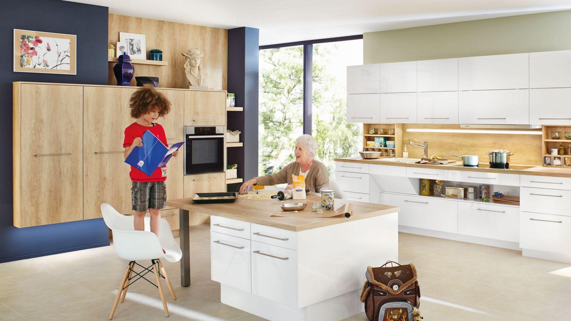 Drewno sprawi, że nawet biała kuchnia stanie się bardziej przytulna - zwłaszcza te o jasnym, wyrazistym usłojeniu. Fot. Ballerina Küchen
