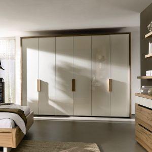 Wolnostojące szafy nie kojarzą się już z masywnymi i nieestetycznymi meblami. Współczesne modele są nowoczesne i piękne. Na zdjęciu szafa Ceposi. Fot. Hulsta