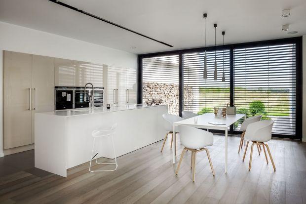 Dominującym trendem w meblach kuchennych w roku 2015 pozostanie minimalizm, królujące zaś dekory to wszelkiego rodzaju rysunki drewna.